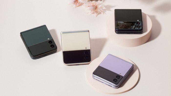 Galaxy Z Flip 3 fechado e em diferentes cores (Imagem: Divulgação / Samsung)