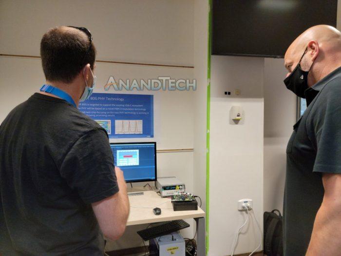 Gregory Bryant em laboratório de pesquisa sobre Thunderbolt 5 (Imagem: Reprodução/AnandTech)